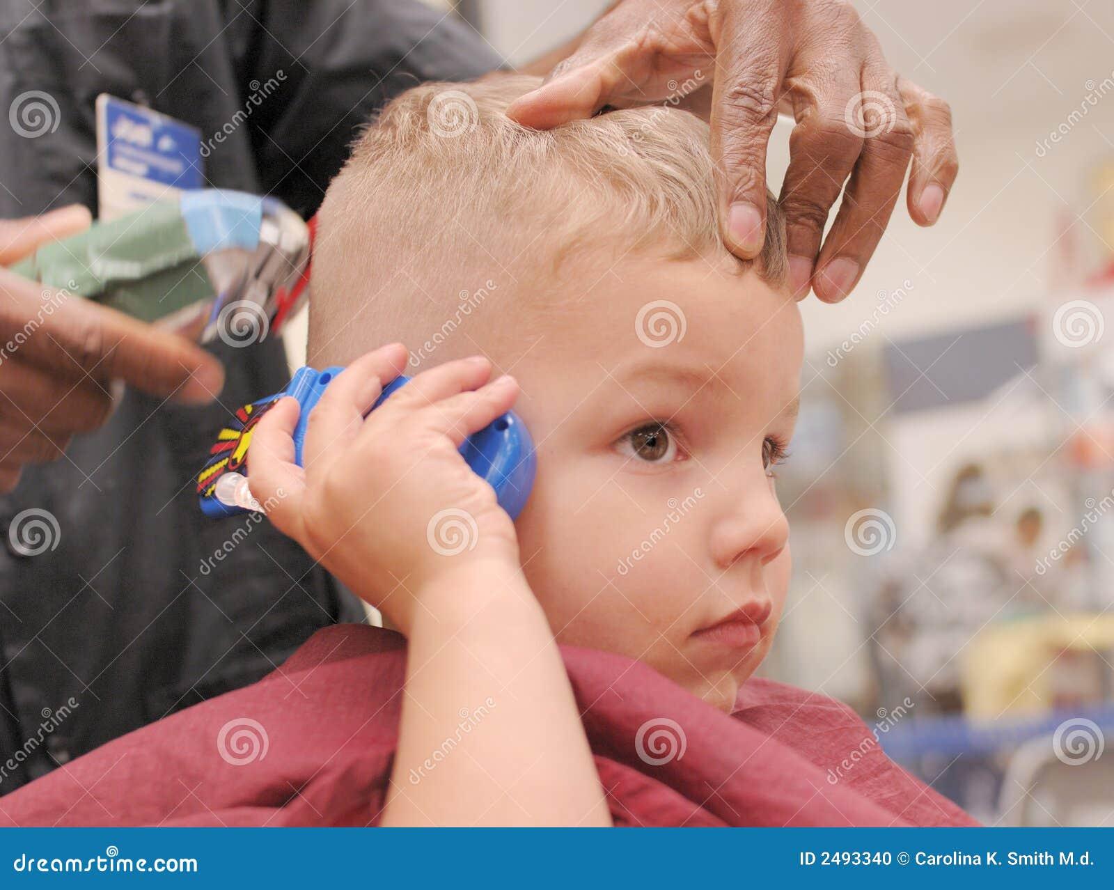 Kleinkind Junge Der Haarschnitt Erhalt Stockfoto Bild Von