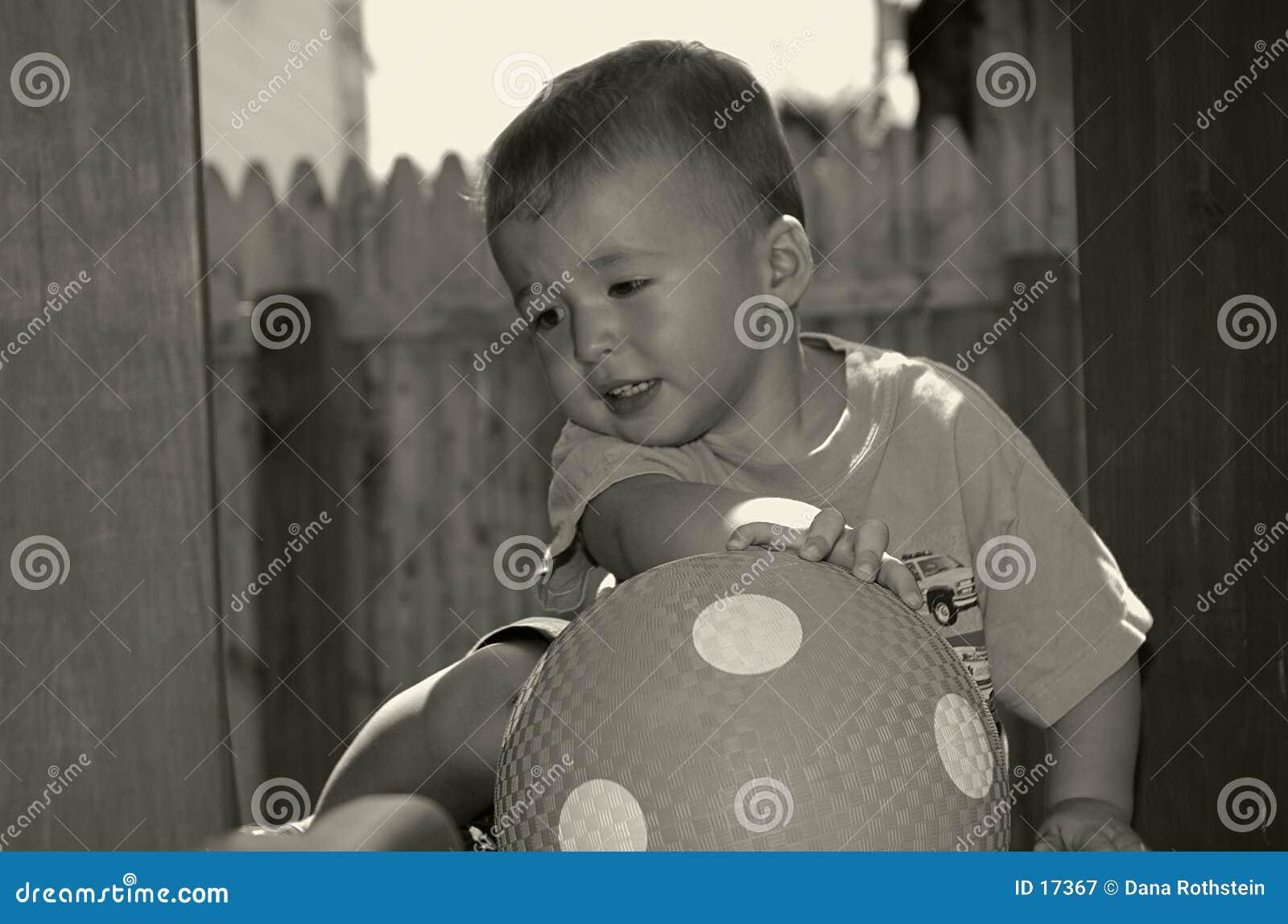 Kleinkind mit Kugel