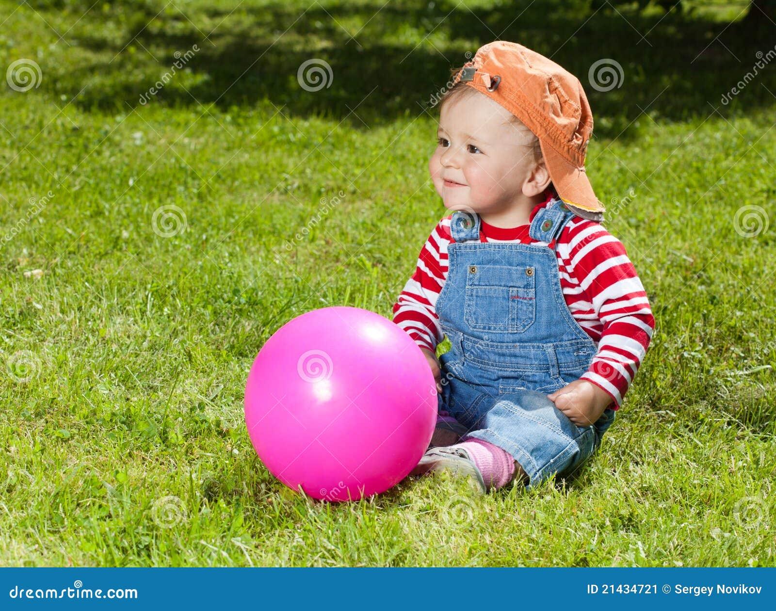 kleinkind sitzen mit kugel im garten stockbild bild 21434721. Black Bedroom Furniture Sets. Home Design Ideas
