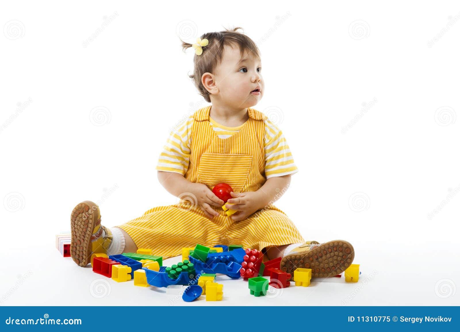 Kleinkind sitzen und Spiel mit Aufbauset