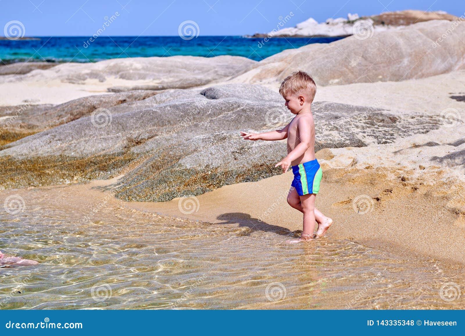 Kleinkindjunge auf Strand