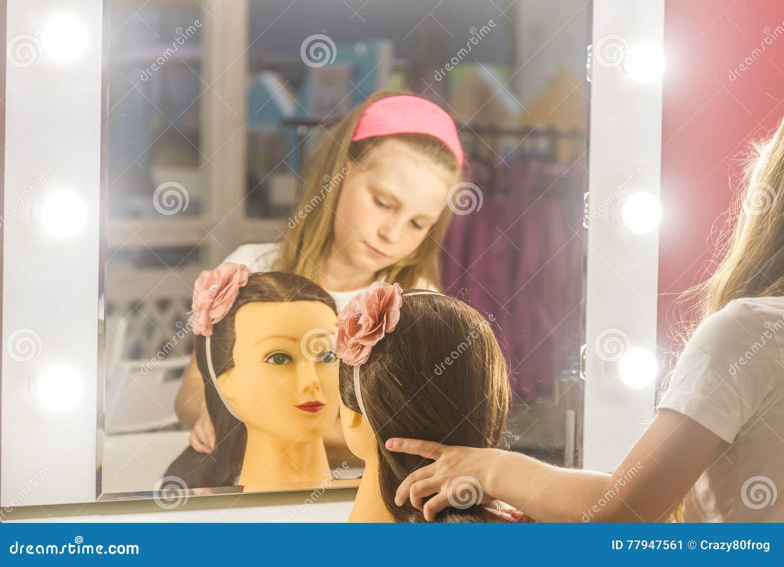 Kleinkindmädchen Das Eine Frisur Als Friseur Macht Stockbild Bild