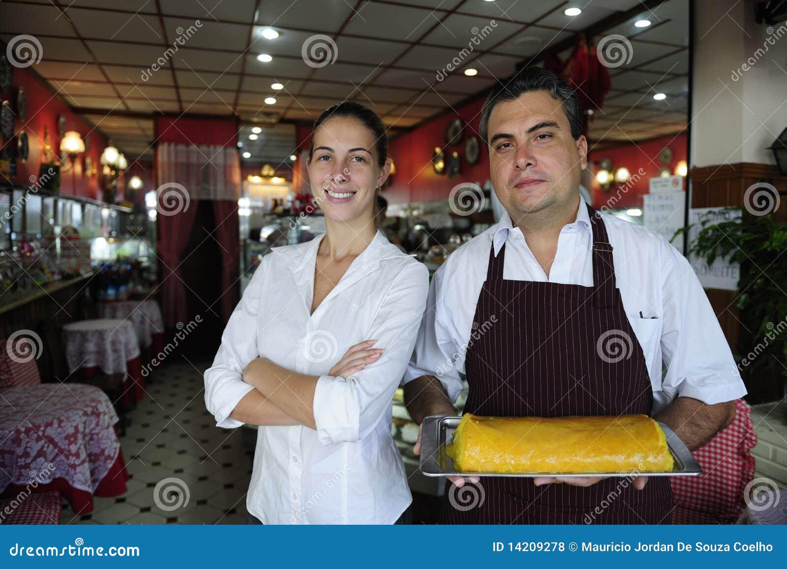 Kleinunternehmen: weiblicher Inhaber eines Kaffee und des Kellners