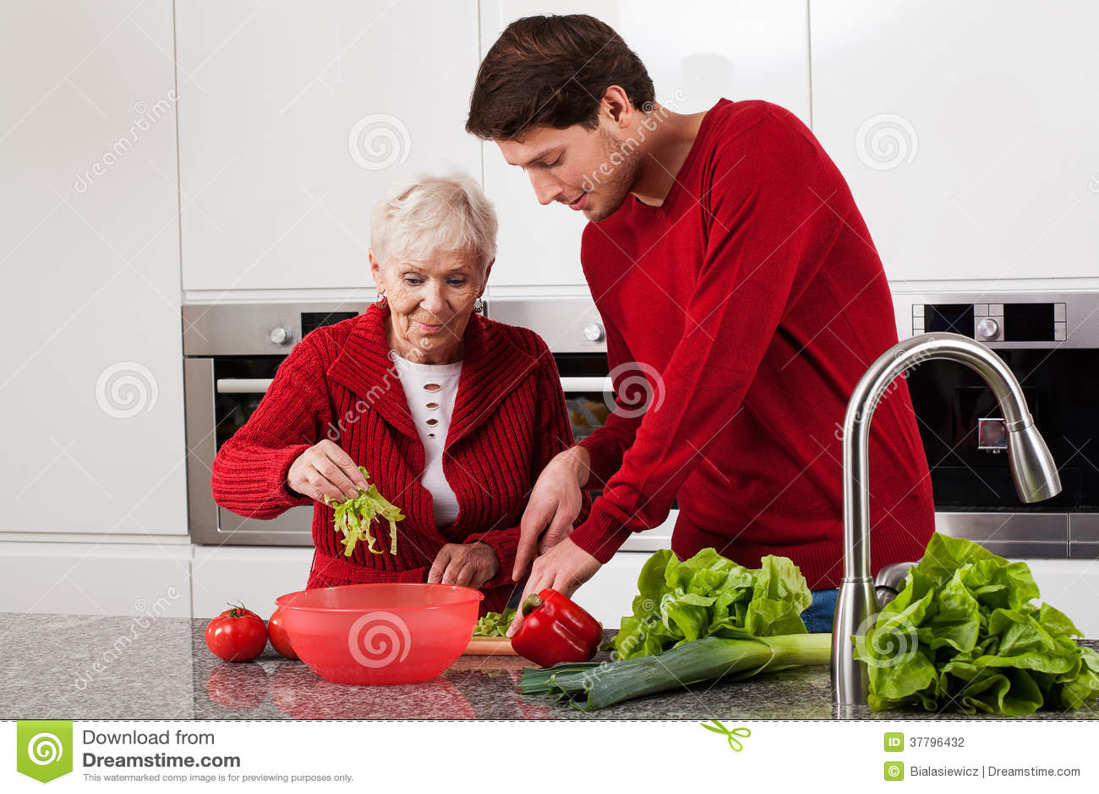 Kleinzoon die in keuken helpen