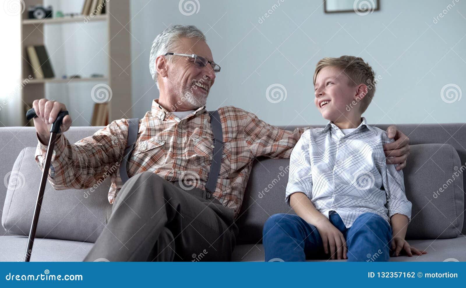 Kleinzoon en opa die, samen gekscherend, hebbend goede tijd, mededeling lachen