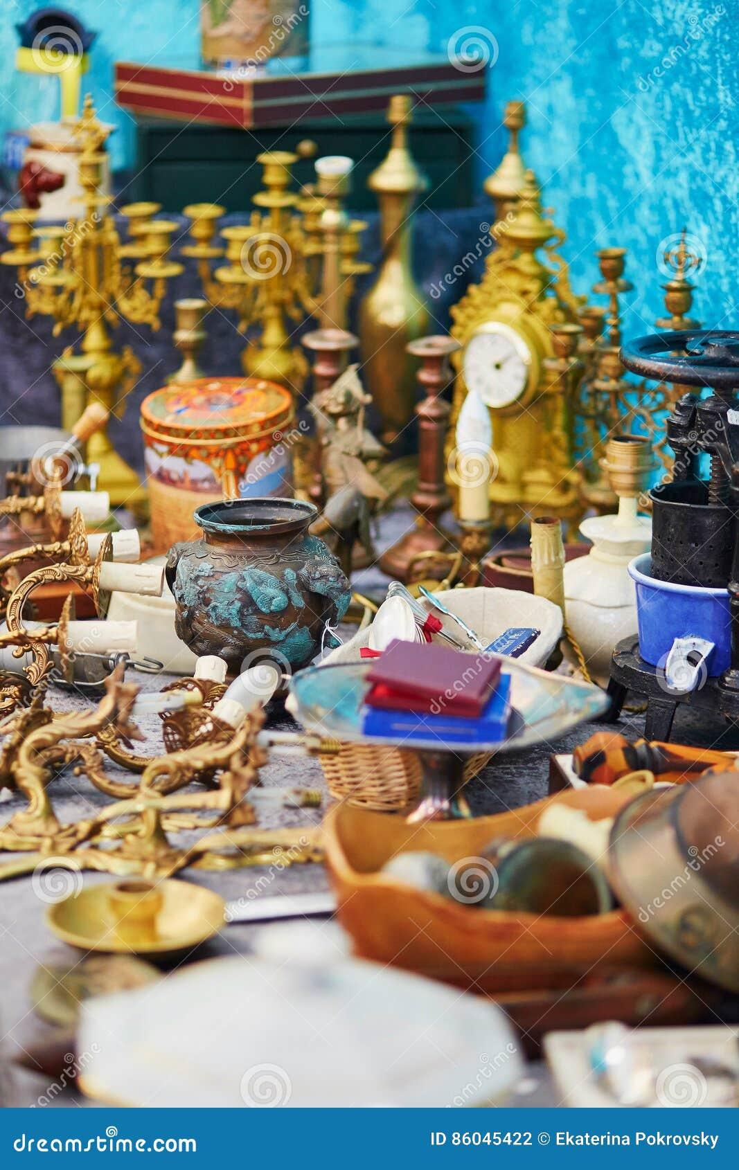 Kleivaas op vlooienmarkt in Parijs
