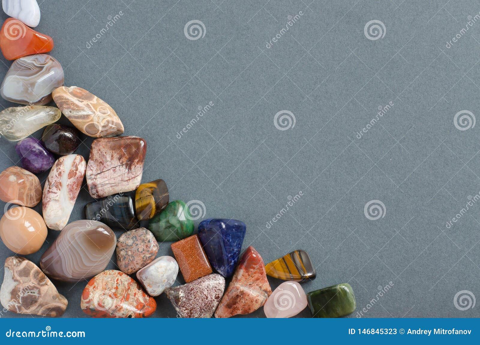 Klejnoty na szarym tle