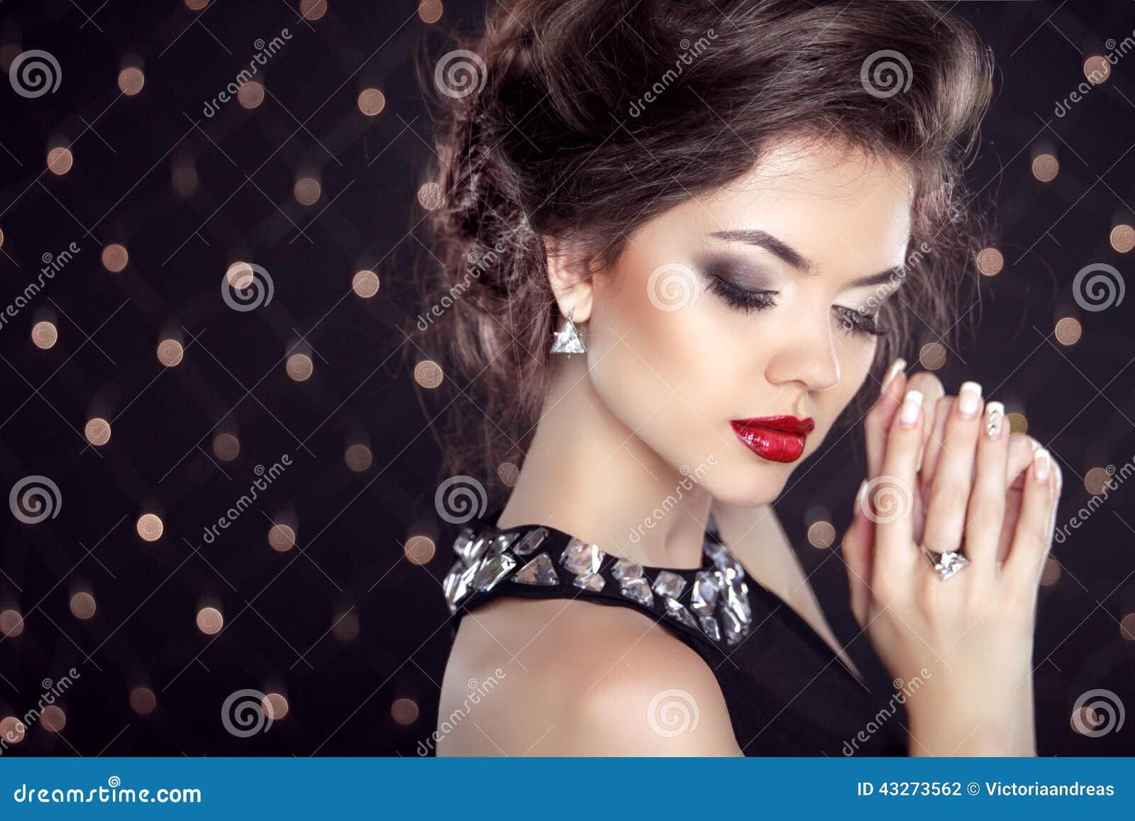 Klejnoty piękne brunetkę young Mody dziewczyny model
