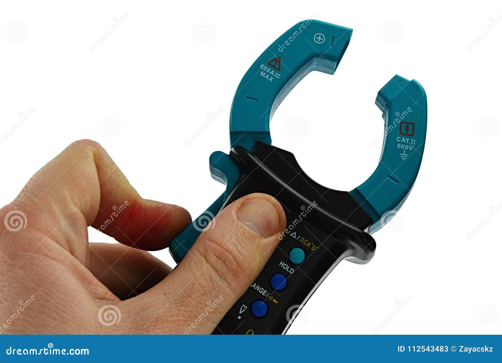 Klemmen Sie Vielfachmessgerät mit den Transformatorkiefern fest, die geöffnet sind, gehalten in der linken Hand auf weißem Hinter