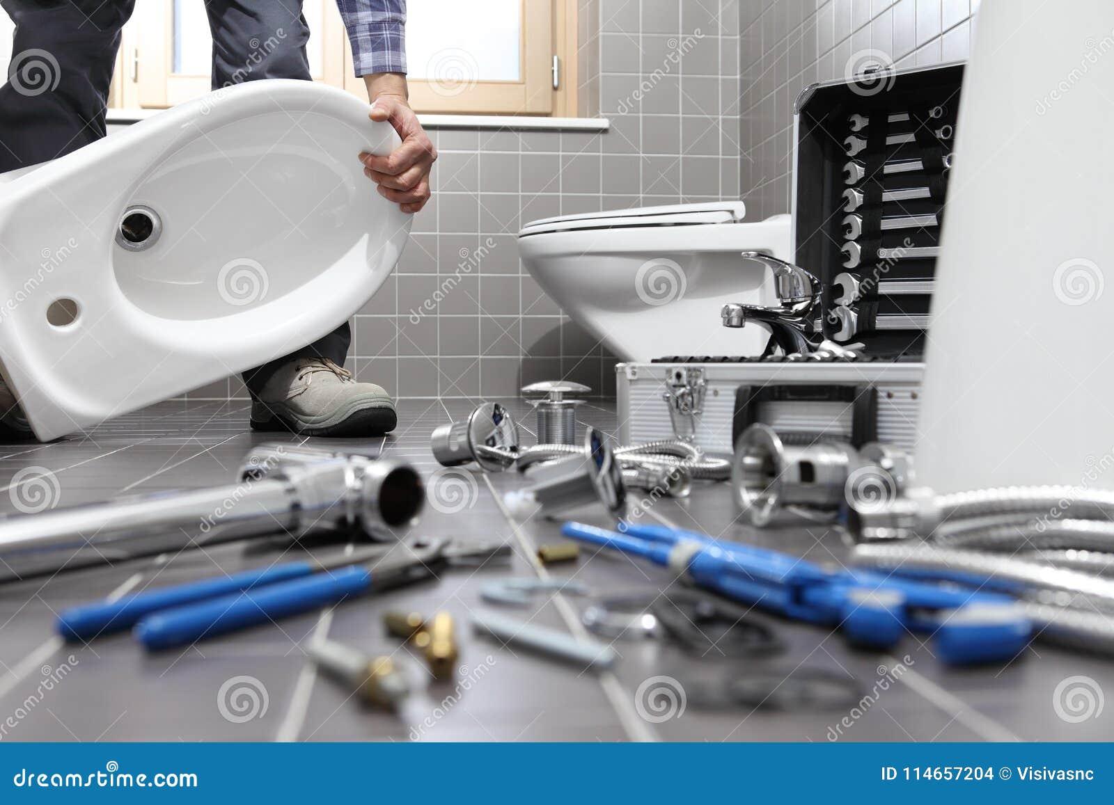 Klempner Bei Der Arbeit In Einem Badezimmer, Reparaturservice ...