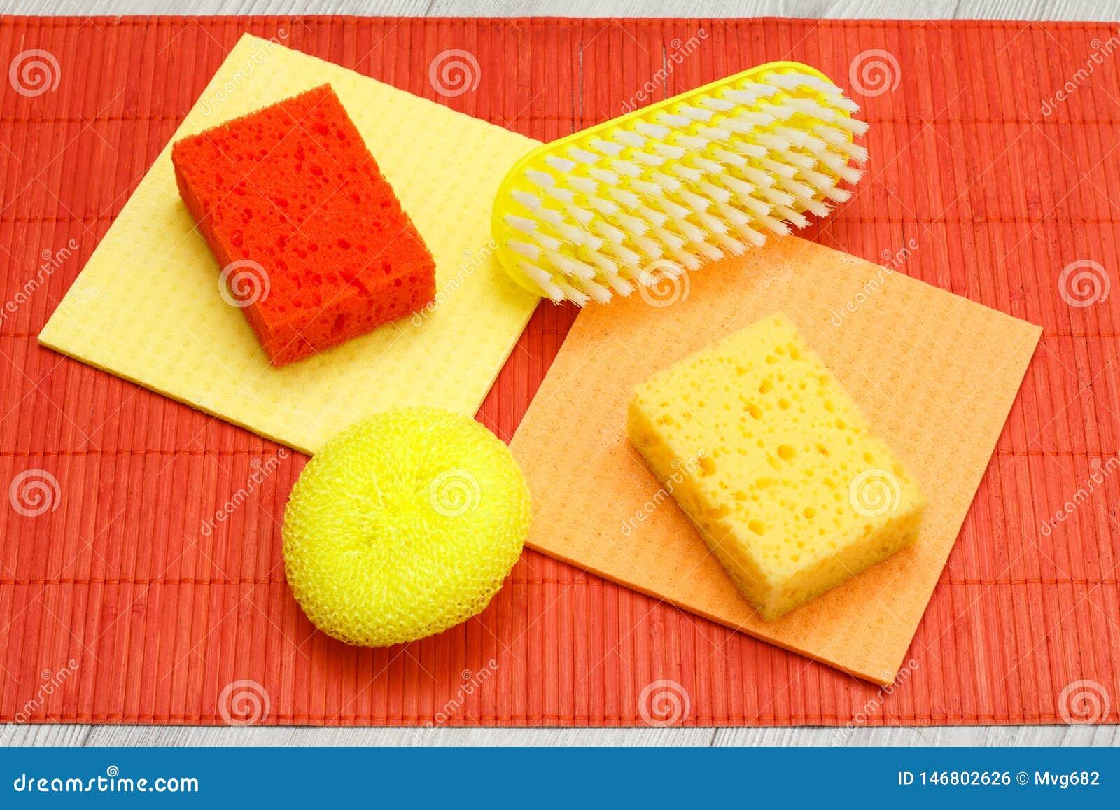 Kleuren synthetische sponsen, microfiber servetten en borstel voor het schoonmaken op bamboe