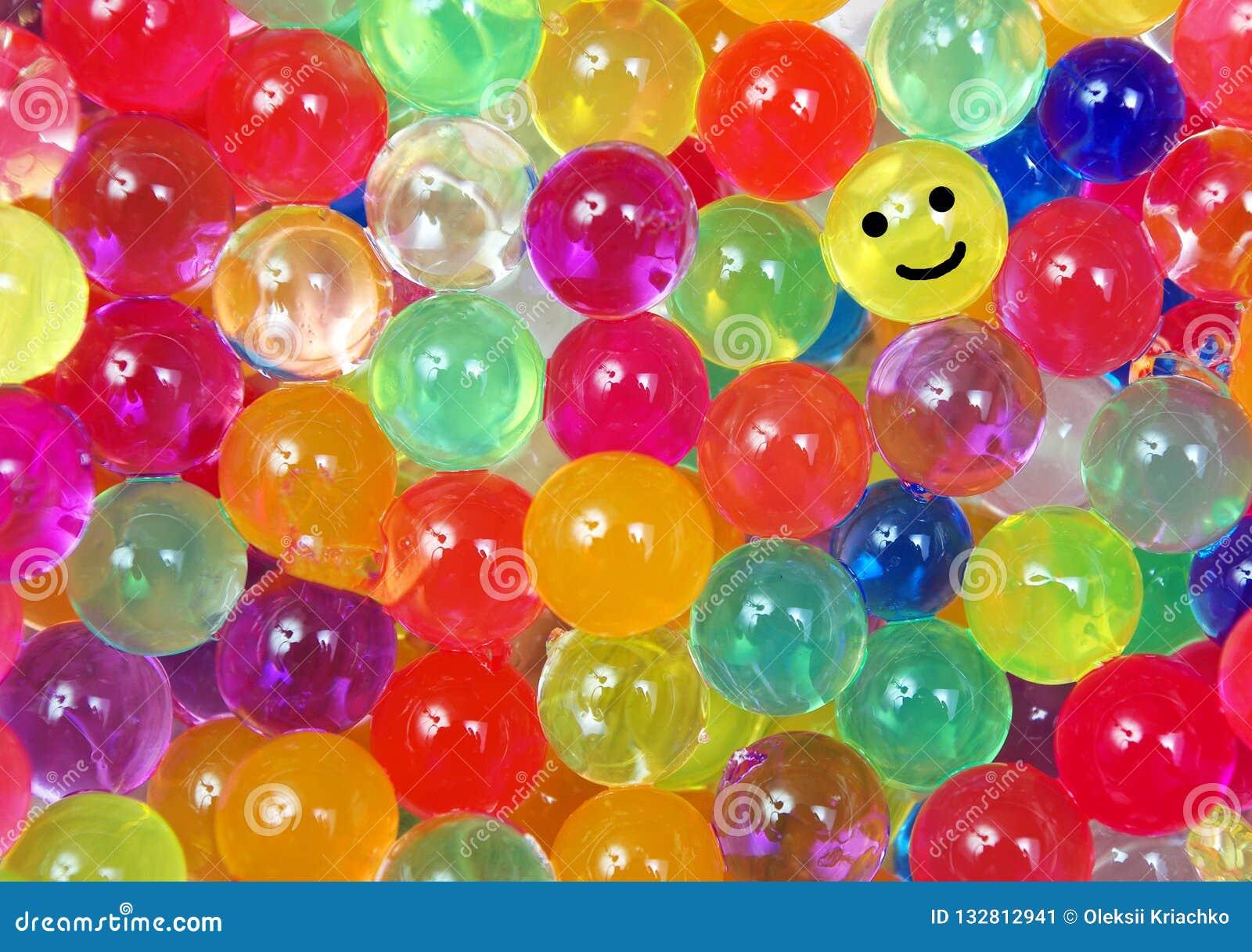 Kleuren van regenboog Multicolored de textuurachtergrond van hydrogelballen Hoogste mening De woordkleur op gekleurde tellers in