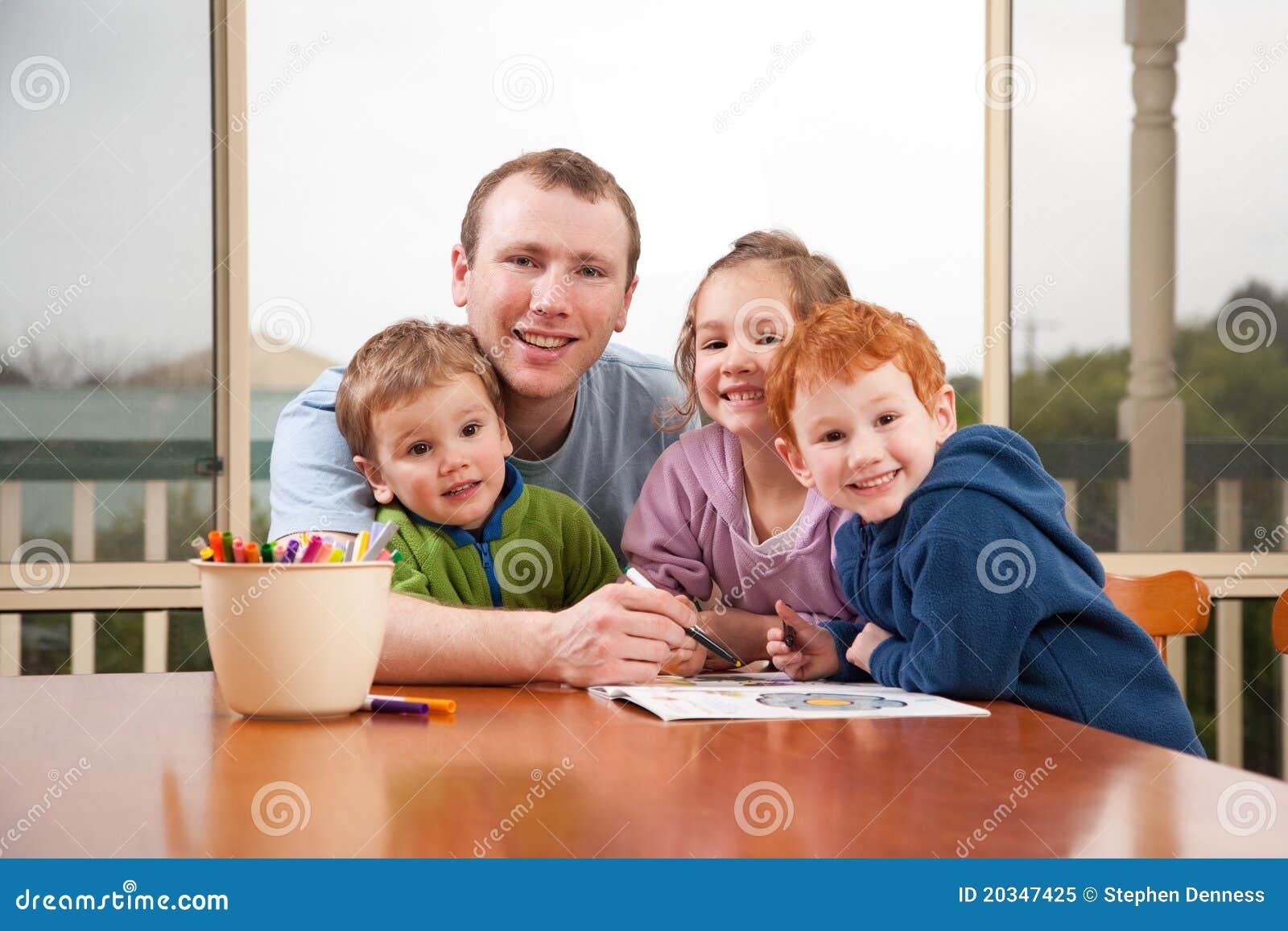 Kleurende de jonge geitjesbeelden van de papa met kinderen