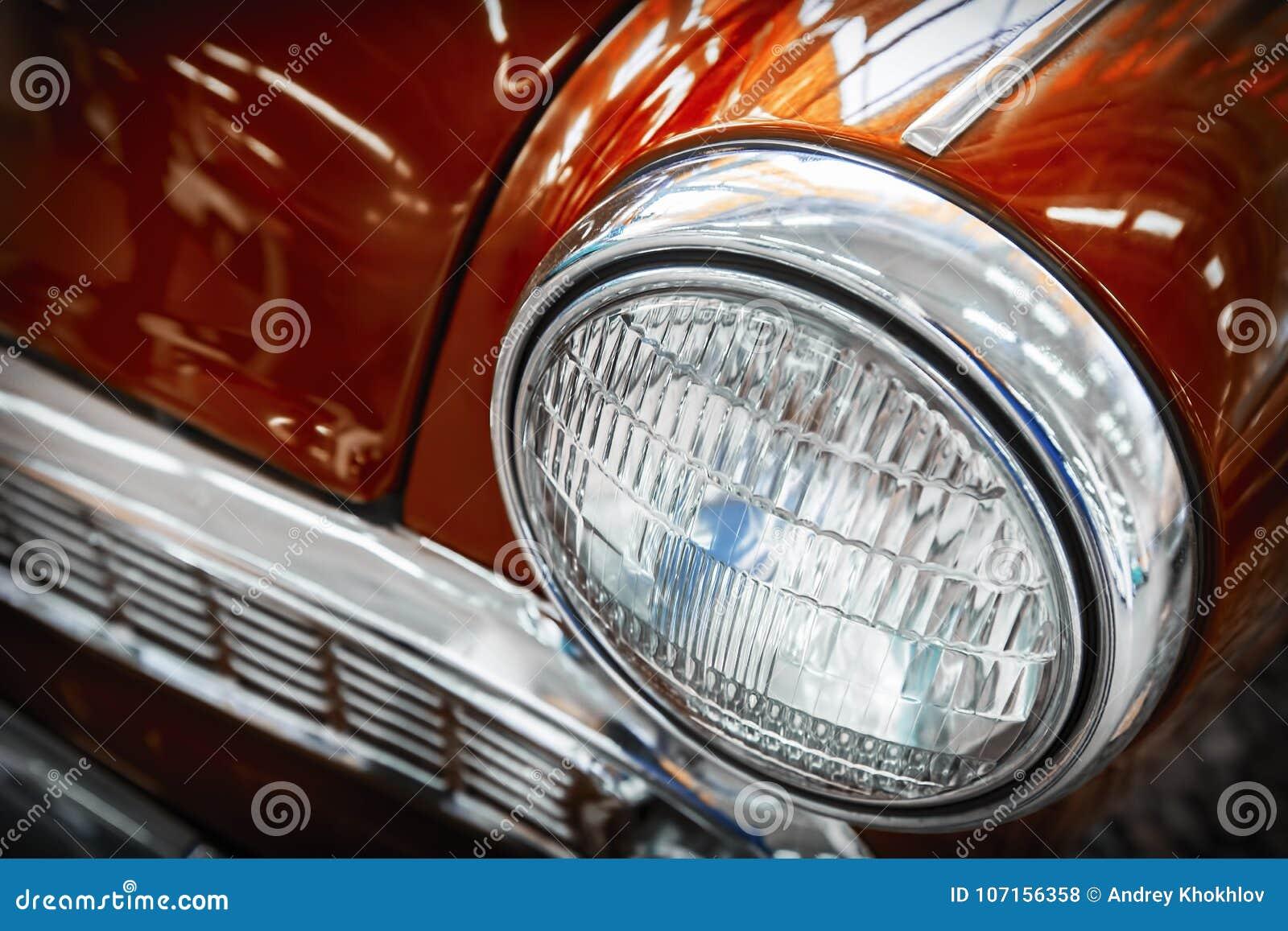 Kleurendetail op de koplamp van een uitstekende auto