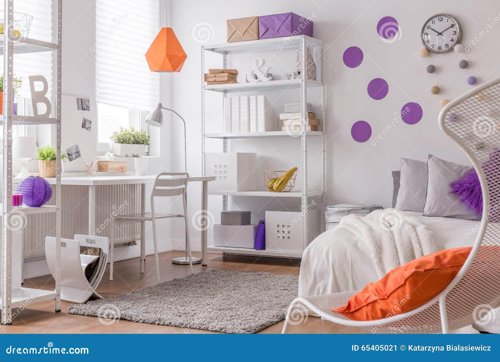Kleurendetails in de slaapkamer van de tiener stock foto - Slaapkamer tiener meisje ...