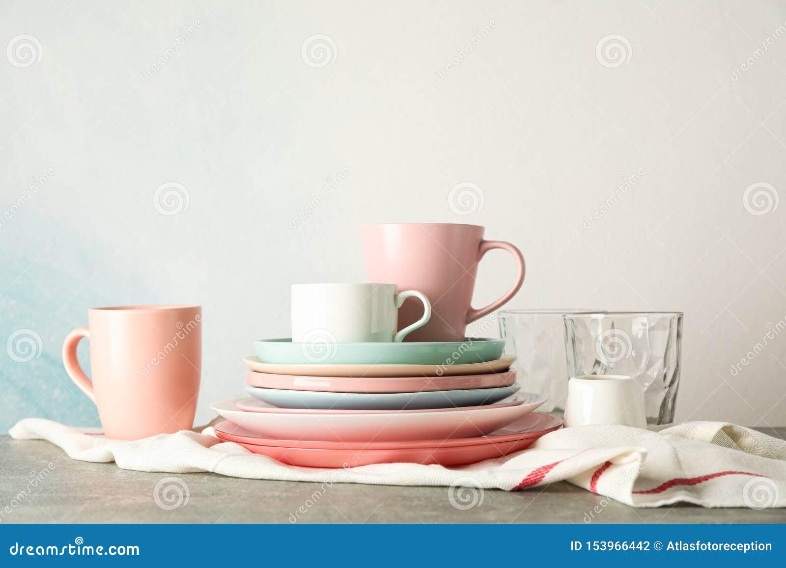 Kleurenplaten en koppen die op grijze lijst worden gestapeld