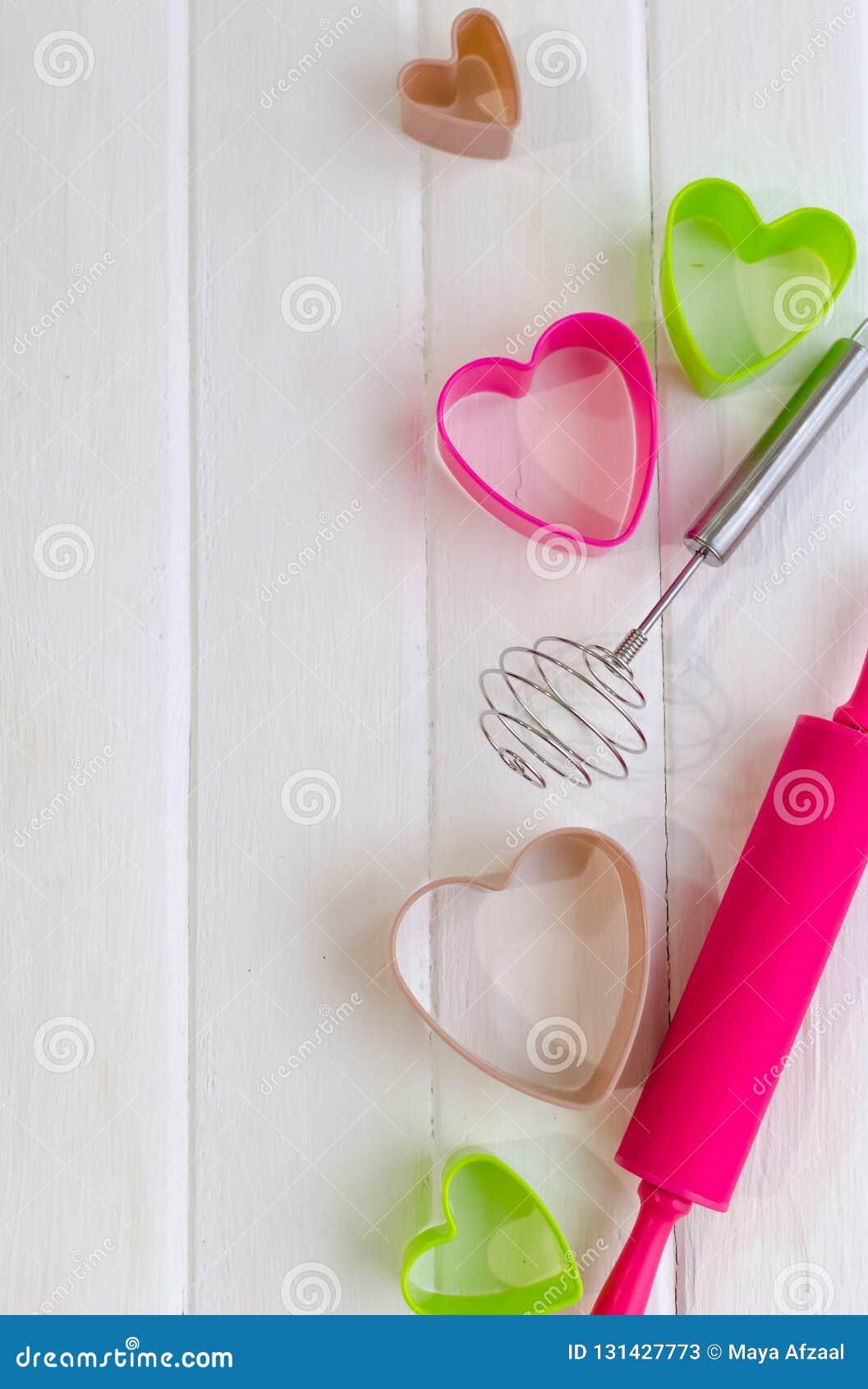 Kleurrijk bak hulpmiddelen voor koekje op witte houten achtergrond, hoogste mening