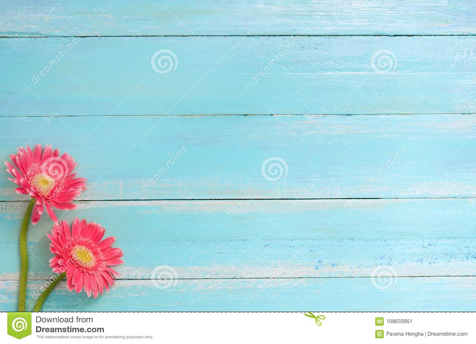 Kleurrijk bloemenboeket op blauwe houten achtergrond