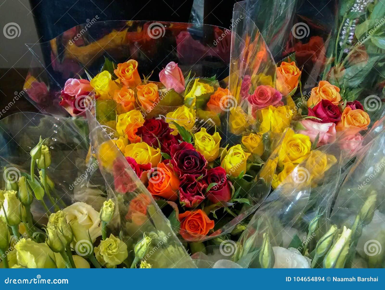 Kleurrijk boeket van rozen - in roze, oranje, geel en rood, sur