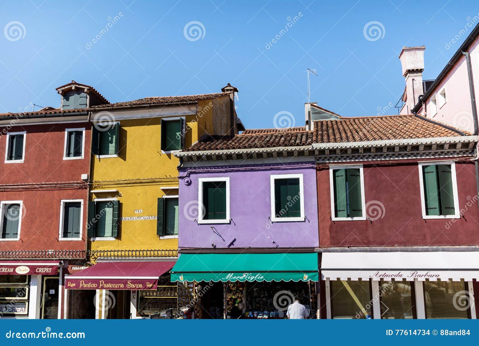 Huizen In Italie : Kleurrijk geschilderde huizen op burano eiland italië