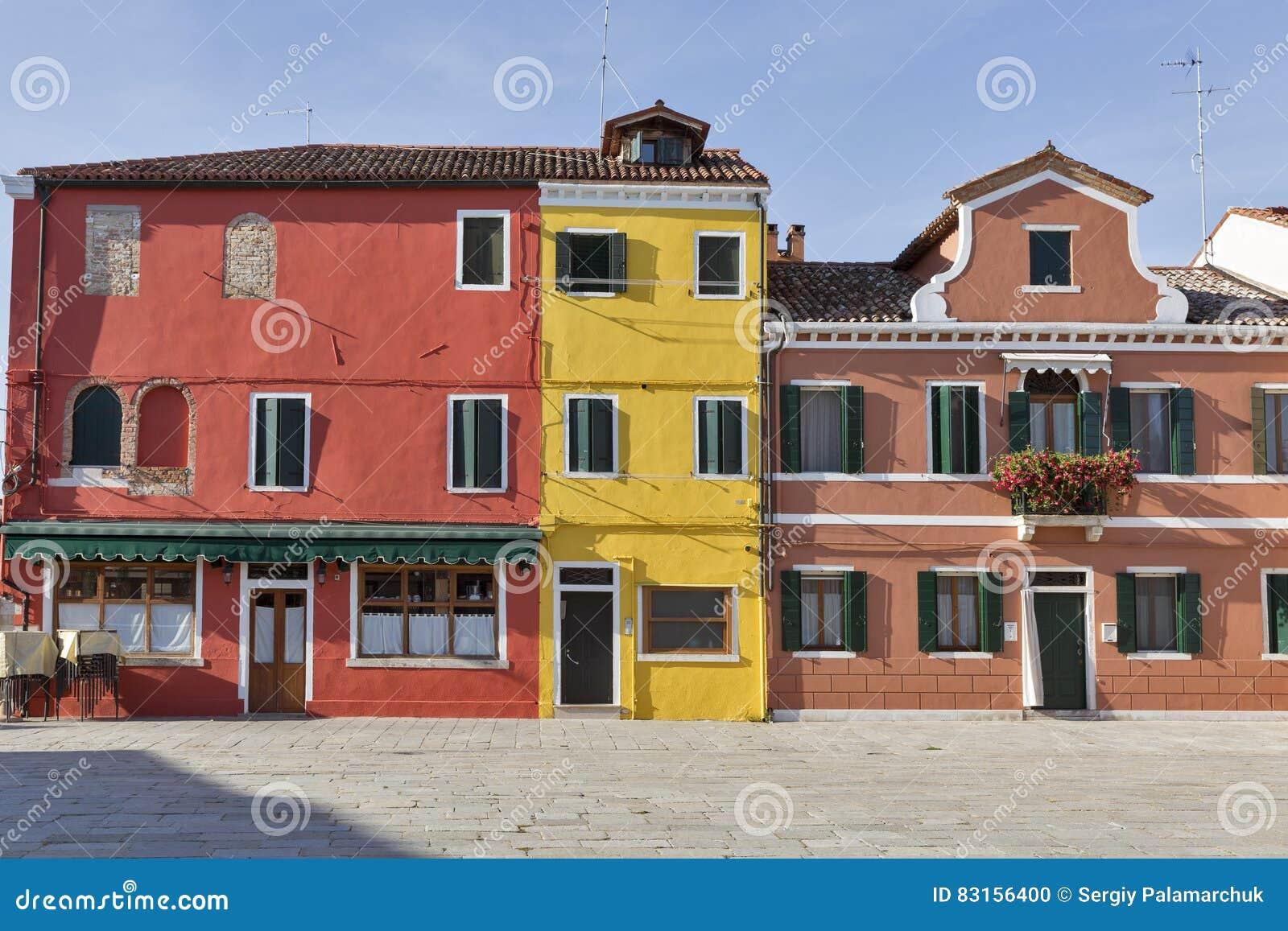 Huizen In Italie : Kleurrijk geschilderde huizen op burano eiland italië stock foto