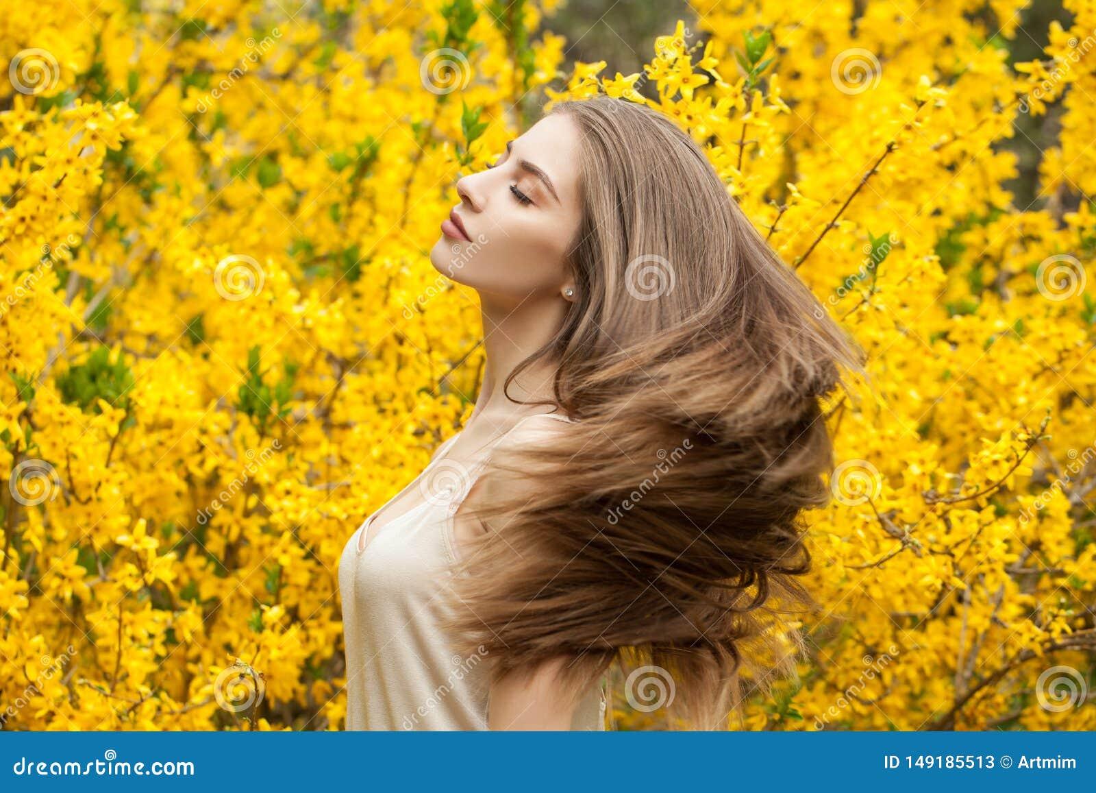 Kleurrijk portret van mooie vrouw in openlucht Vrolijk meisje op bloemenachtergrond