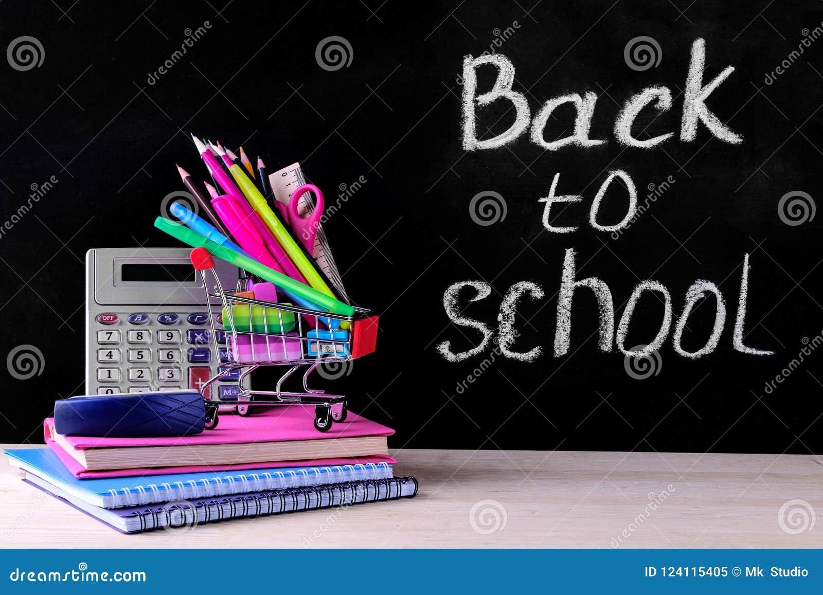 Kleurrijk schoollevering en het winkelen karretje op de achtergrond van de schoolraad met de woorden terug naar school