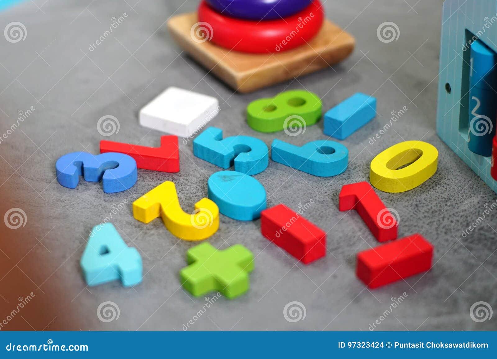 Kleurrijk speelgoed in speelkamer
