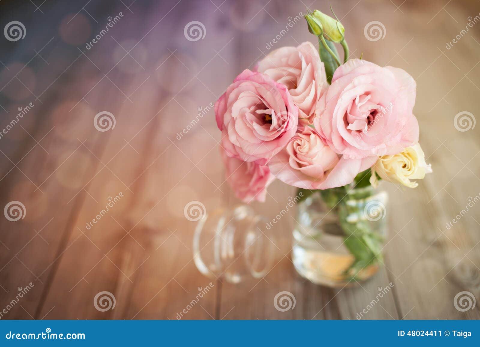 Kleurrijk stilleven met rozen in glasvaas