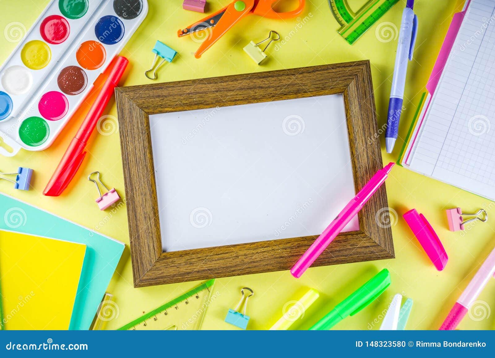 Kleurrijk terug naar de achtergrond van het schoolmateriaal