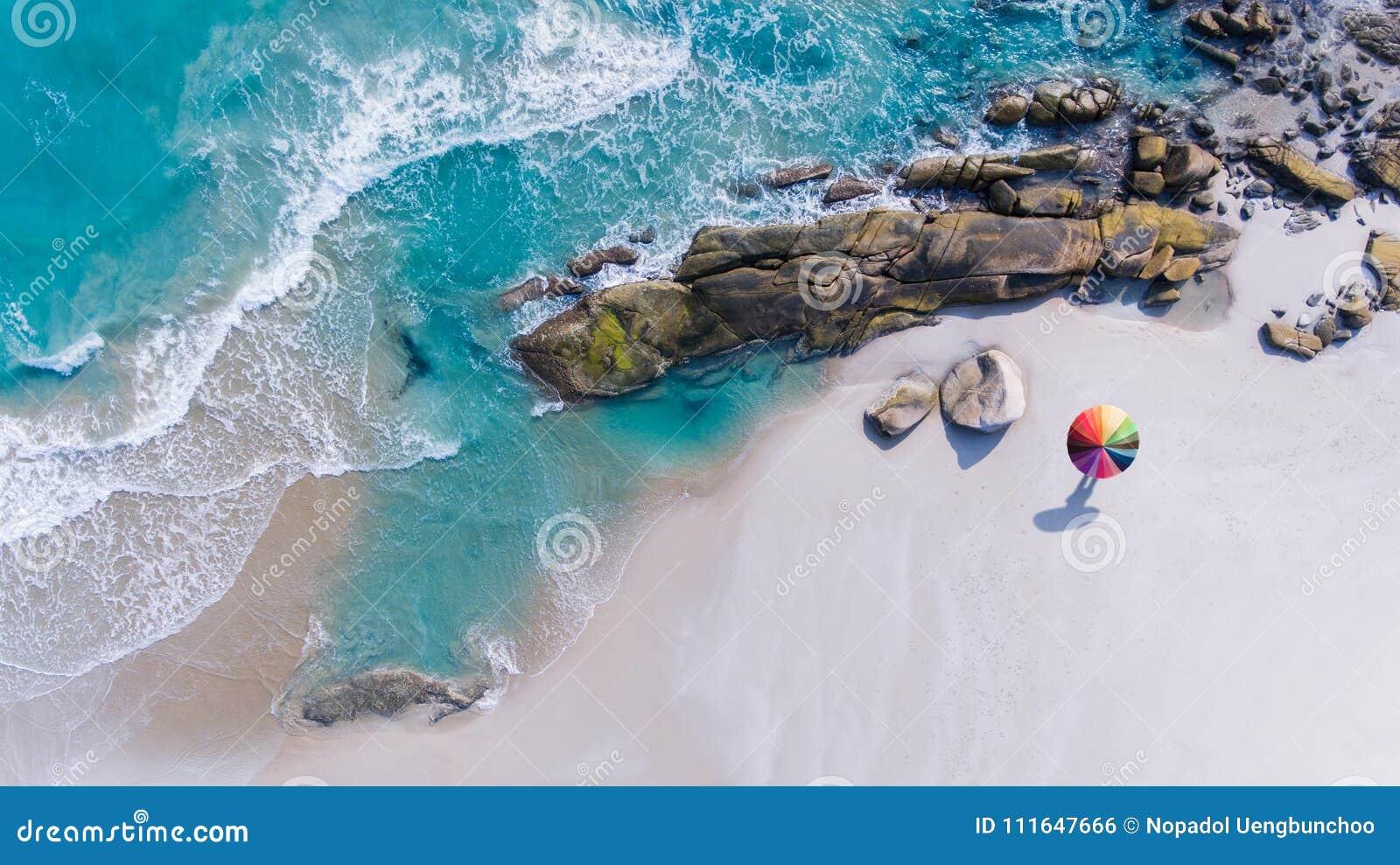 Kleurrijk van paraplu op het strand