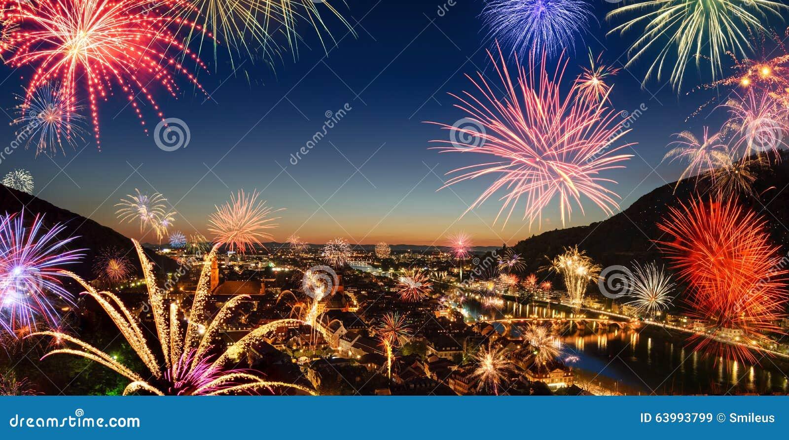 Kleurrijk vuurwerk over de stad