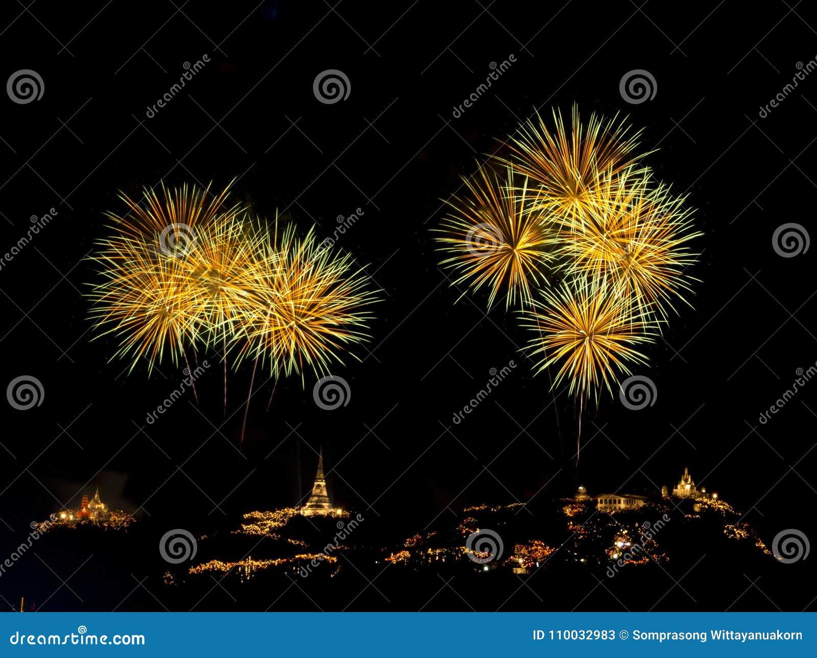 Kleurrijk vuurwerkfestival over Phra Nakhon Khiri Khao Wang