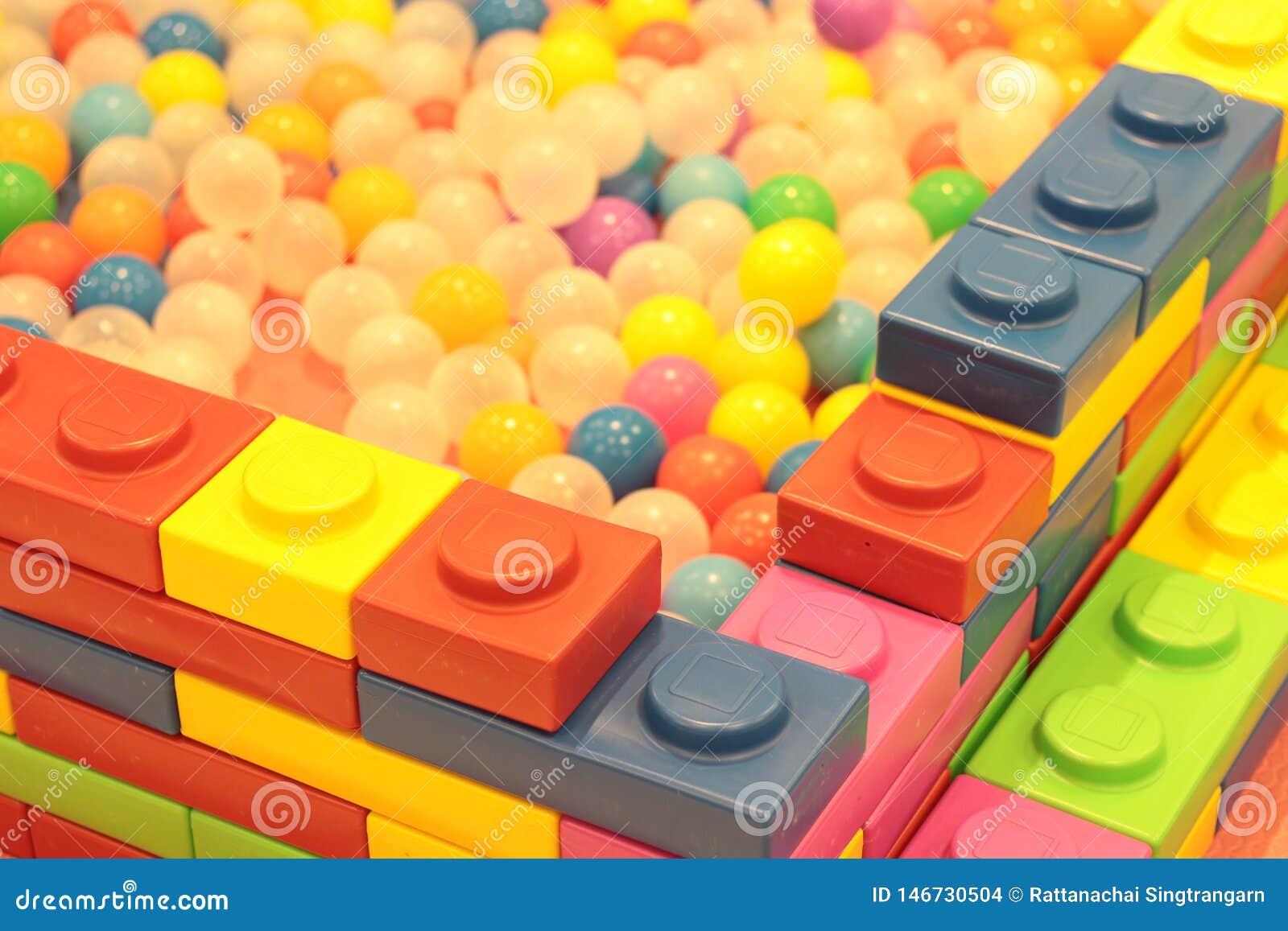 Kleurrijke ballenkinderen, de grappige vijver van de kleuterschool plastic bal