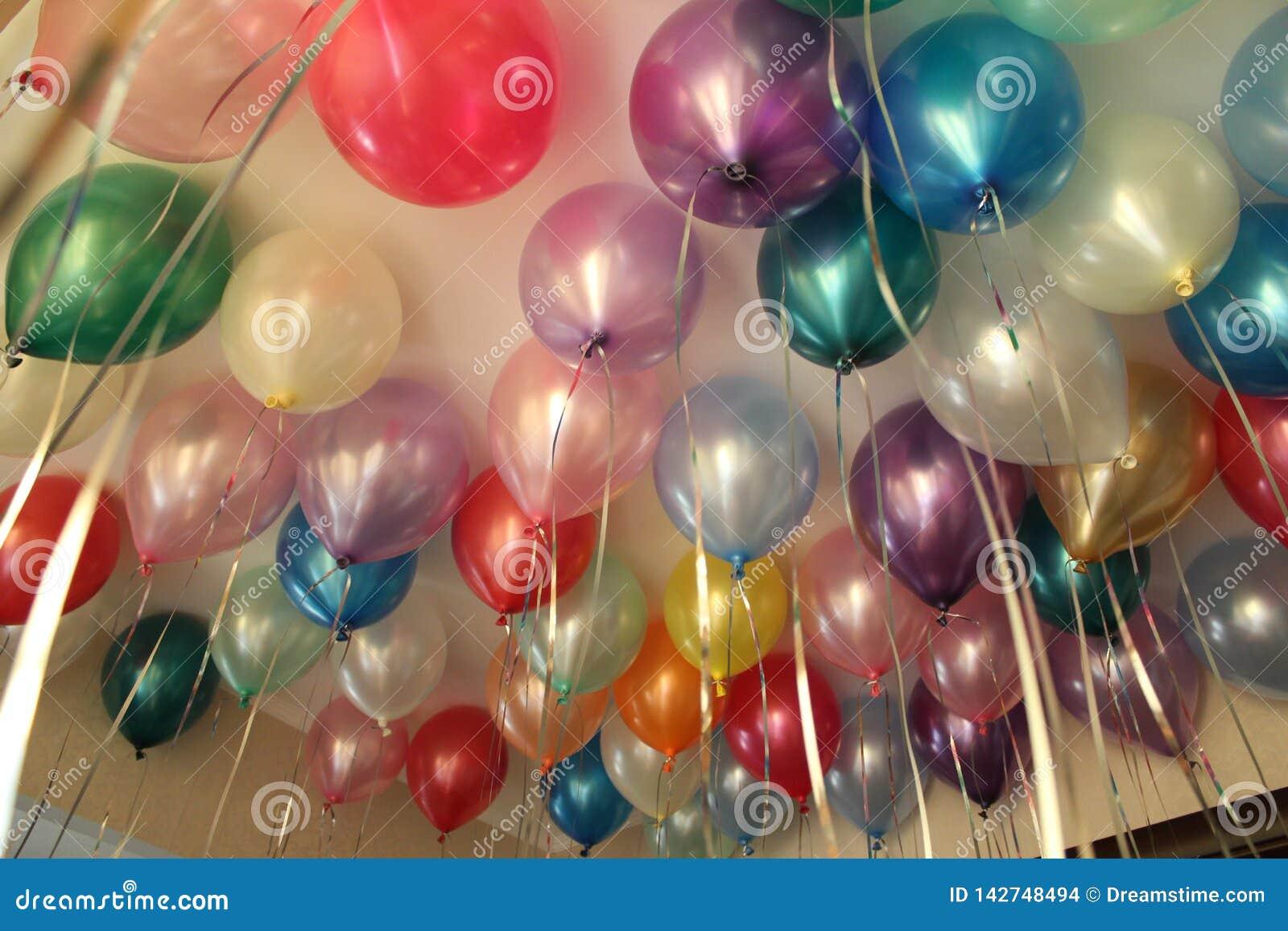 Kleurrijke ballons, ballons met helium, onder het plafond, verjaardag, vakantie