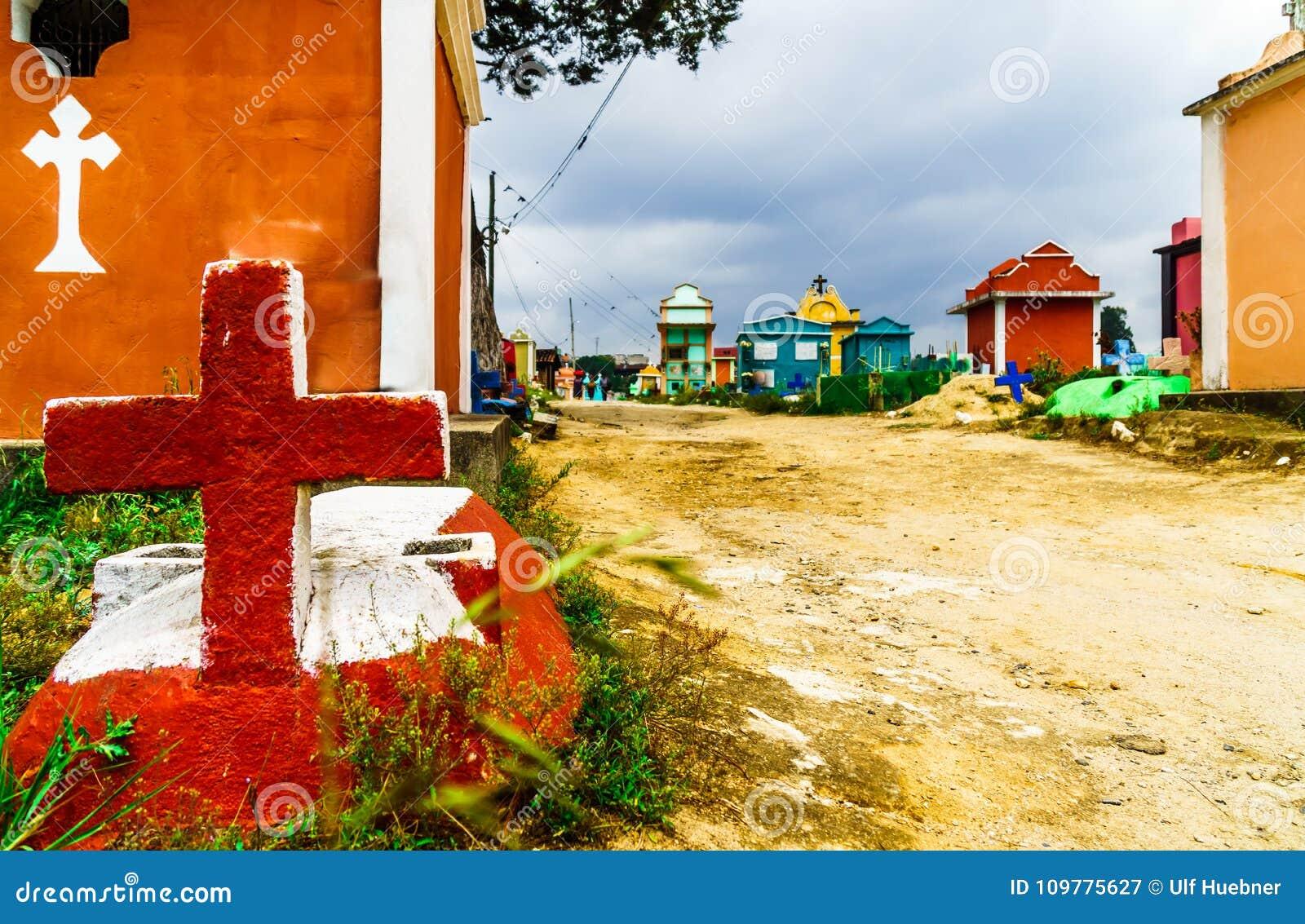 Kleurrijke begraafplaats door Chichicastenango in Guatemala