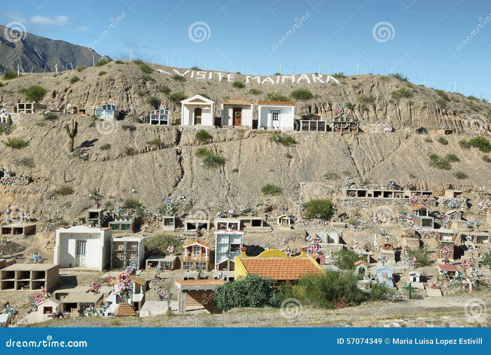 Kleurrijke begraafplaats van Maimara-dorp
