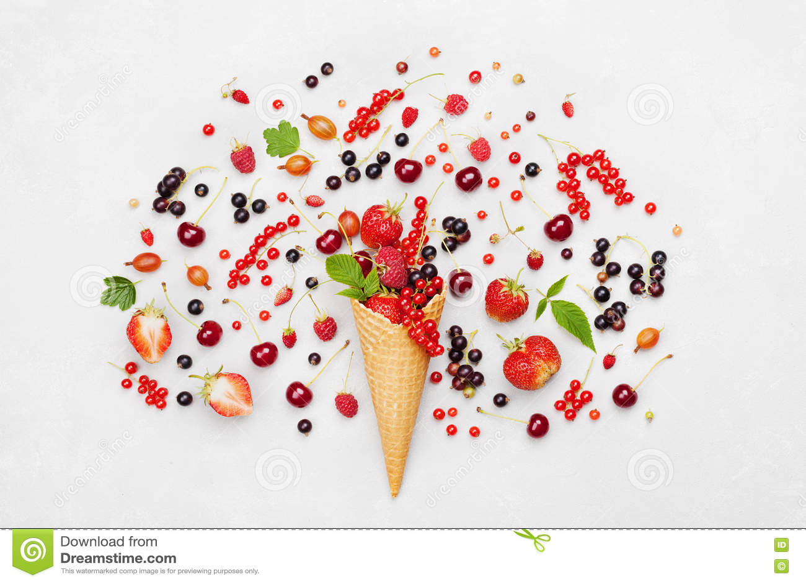 Kleurrijke bessen in wafelkegel op lichte achtergrond van hierboven Dieet en gezond dessert Vlak leg het stileren
