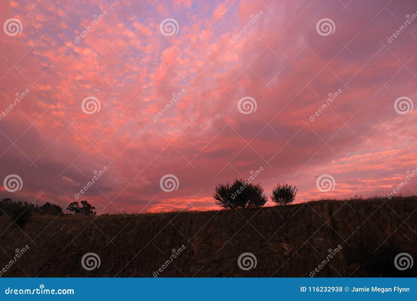 Kleurrijke bewolkte zonsopgang Acheron die Victoria Australia snijden