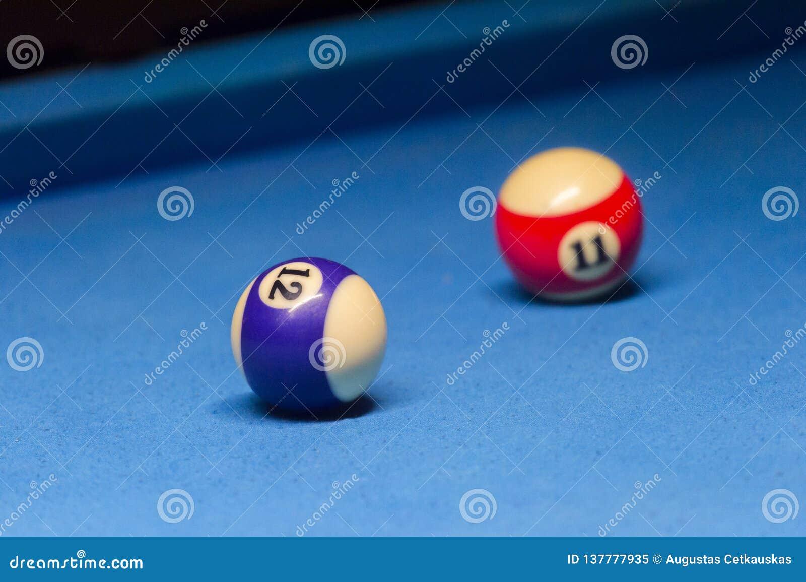 Kleurrijke biljartballen Biljartbal bij blauwe lijst Kleurrijke Amerikaanse de ballenachtergrond van de poolsnooker Amerikaans Bi