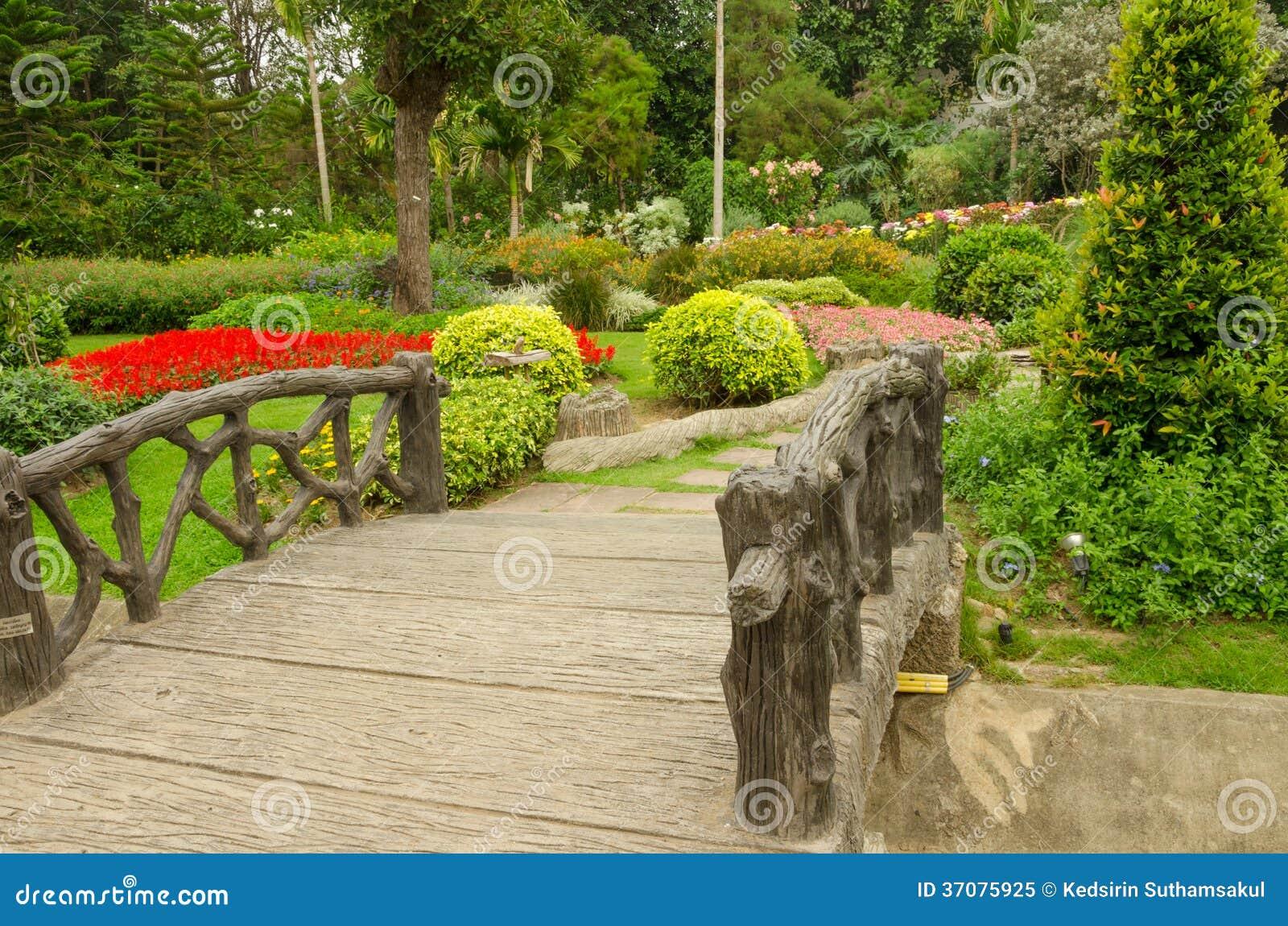 Park Als Tuin : Kleurrijke bloembedden in mooi park in tuin thailand stock