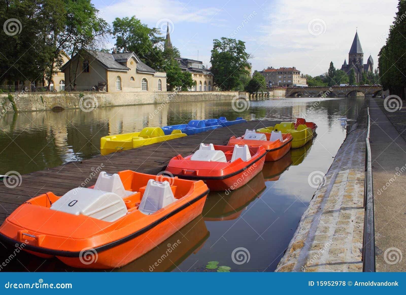 Kleurrijke boten in Metz