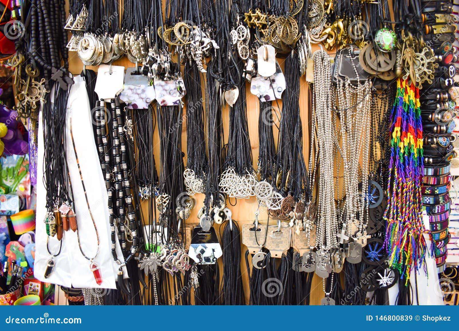 Kleurrijke bracesles en halsbandentextuur Met de hand gemaakte juwelen op de muur