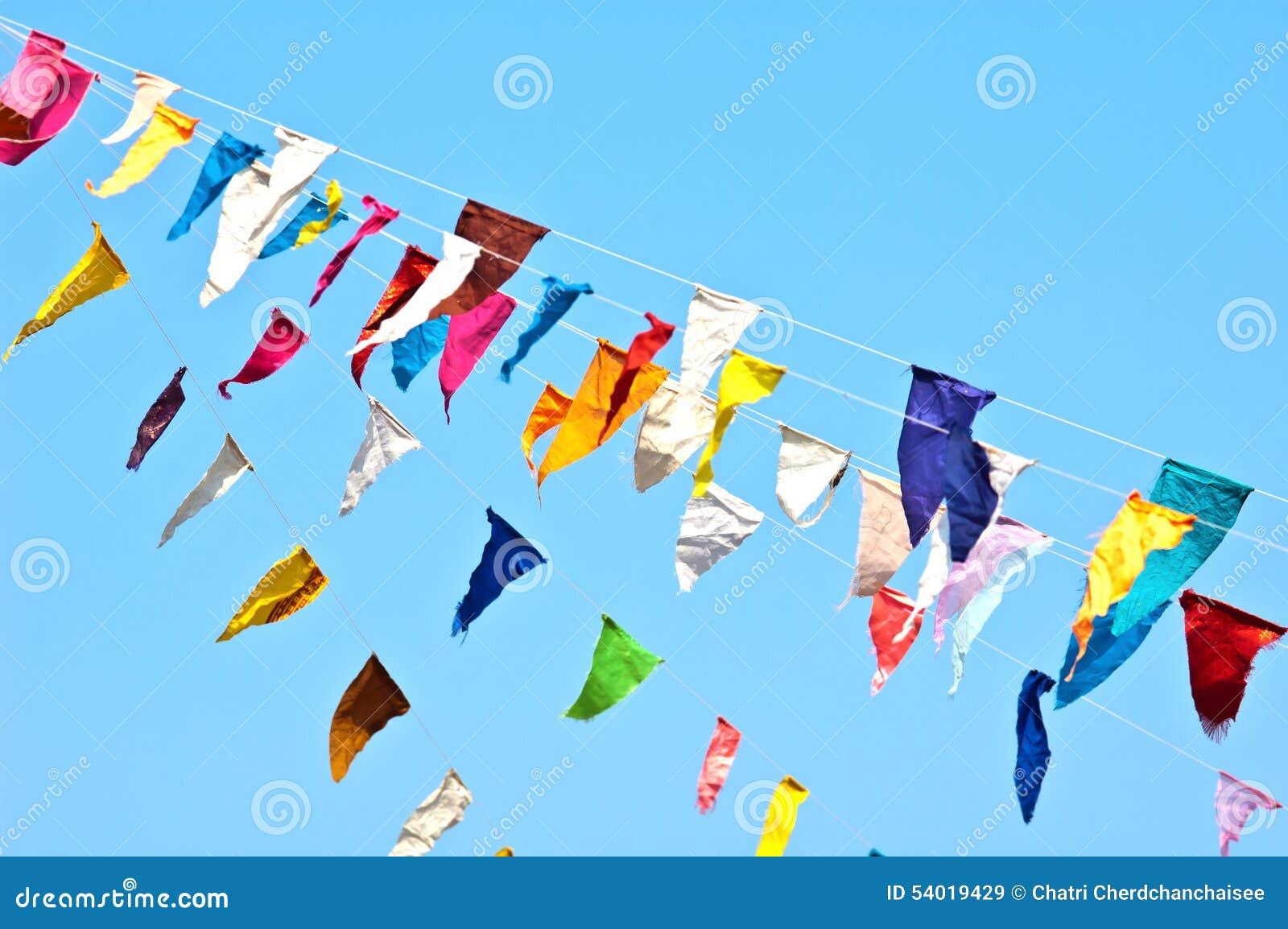 Kleurrijke bunting vlaggen op blauwe hemel