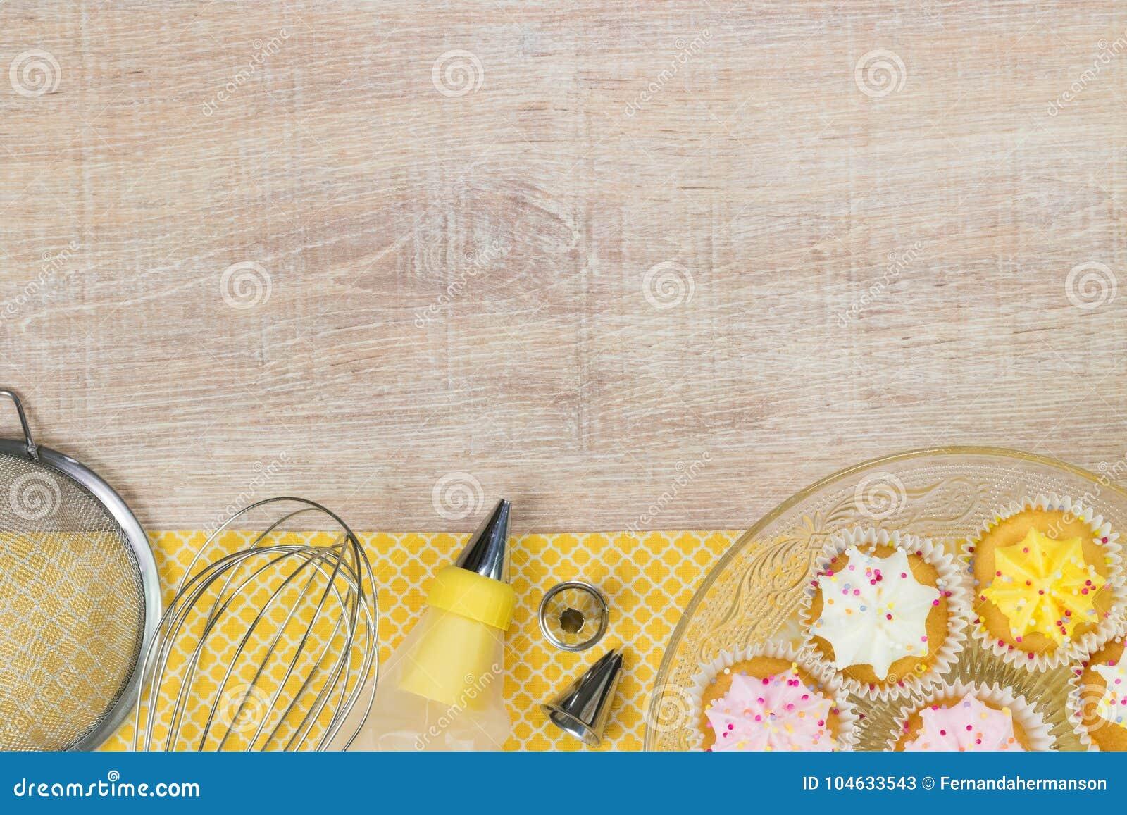Download Kleurrijke Cupcakes En Bakselhulpmiddelen Op Een Houten Lijstachtergrond Stock Afbeelding - Afbeelding bestaande uit cake, ingrediënten: 104633543