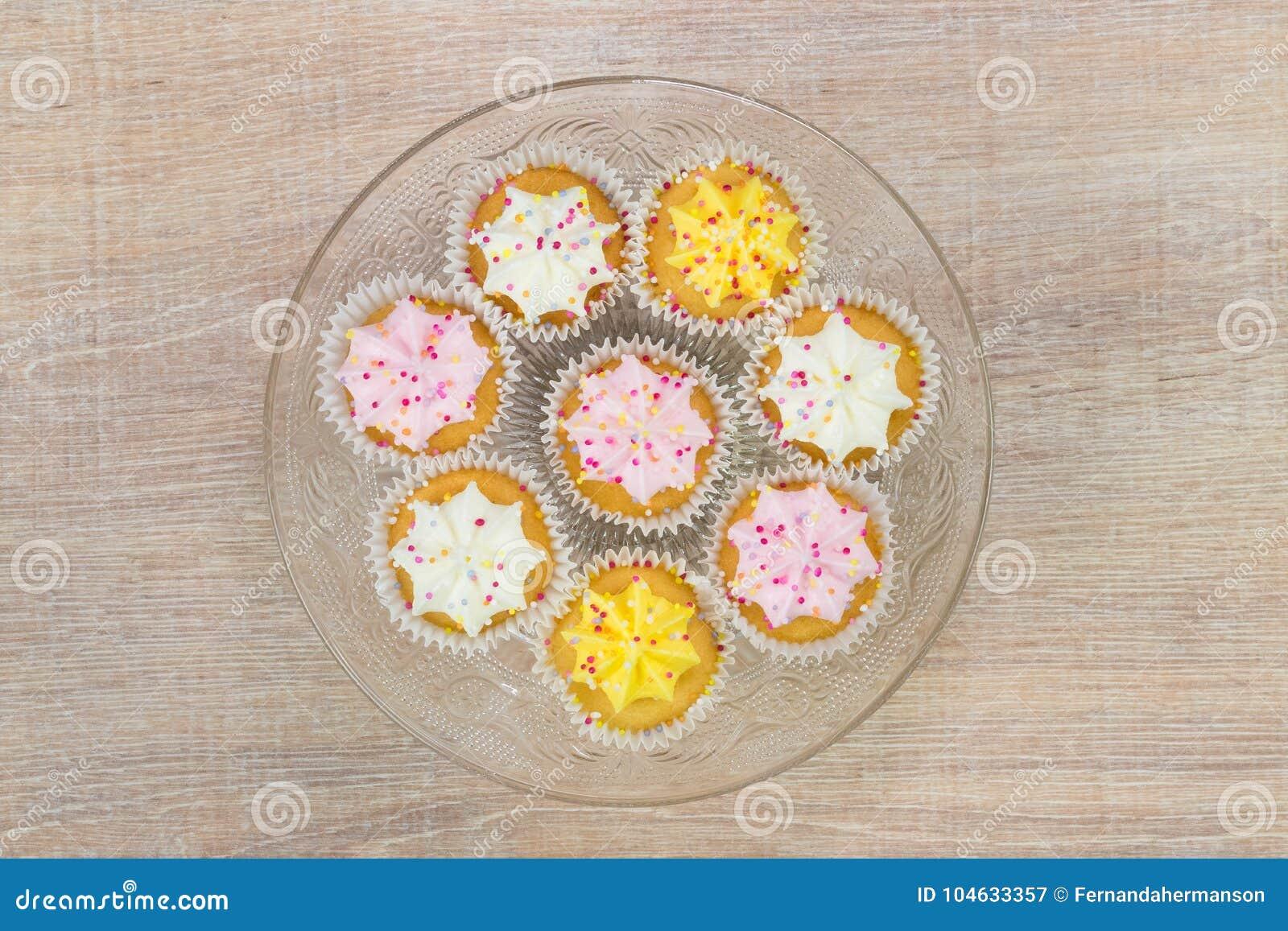 Download Kleurrijke Cupcakes Op Een Houten Lijstachtergrond Stock Afbeelding - Afbeelding bestaande uit gastronomisch, gebakken: 104633357