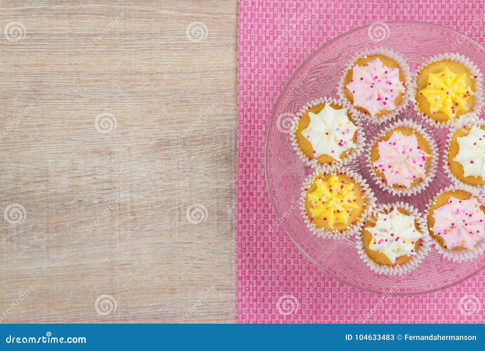 Download Kleurrijke Cupcakes Op Een Houten Lijstachtergrond Stock Afbeelding - Afbeelding bestaande uit gastronomisch, feestelijk: 104633483
