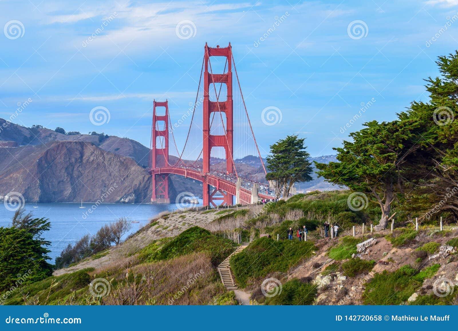 Kleurrijke die Golden gate bridge en Aard, Bomen en Klippen van San Francisco, CA wordt gezien