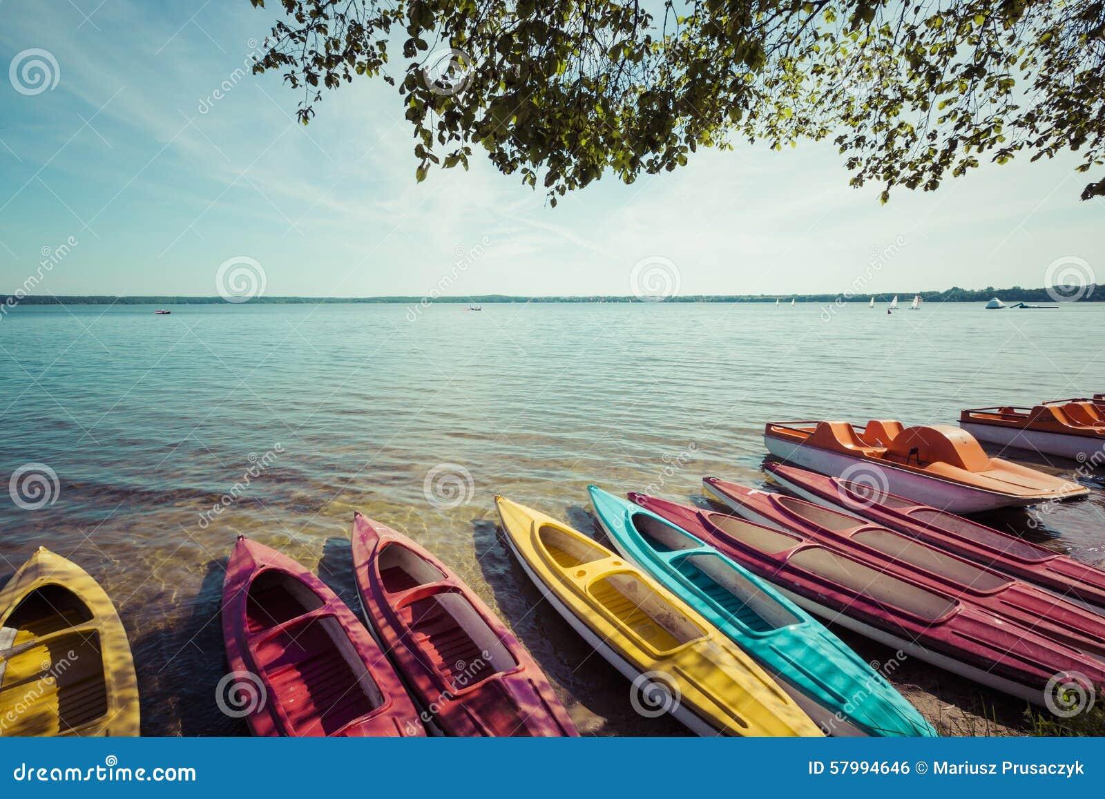 Kleurrijke die kajaks op lakeshore, Goldopiwo-Meer, Mazury, Pol. worden vastgelegd