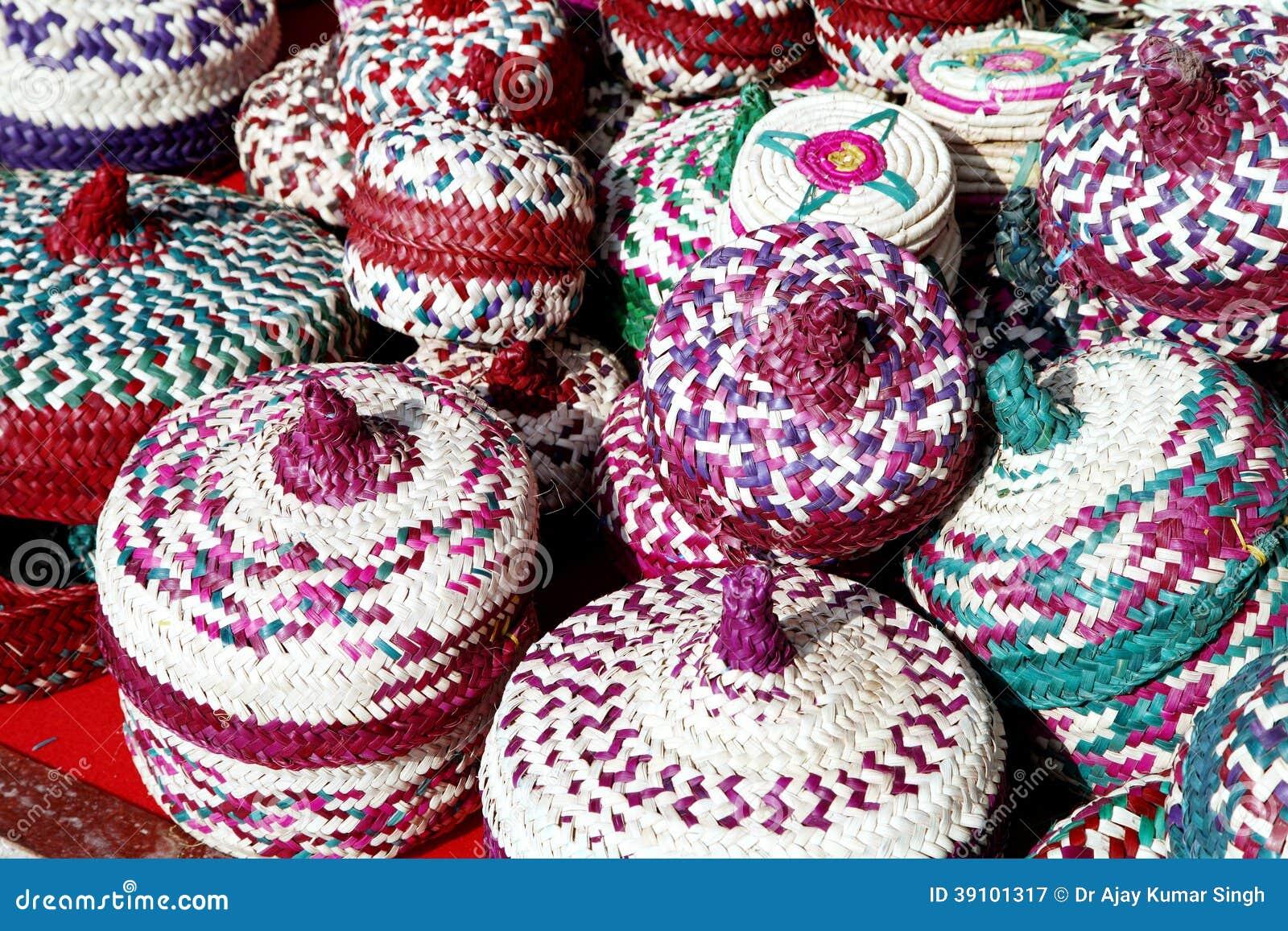 Kleurrijke die manden van datumpalmbladen worden gemaakt